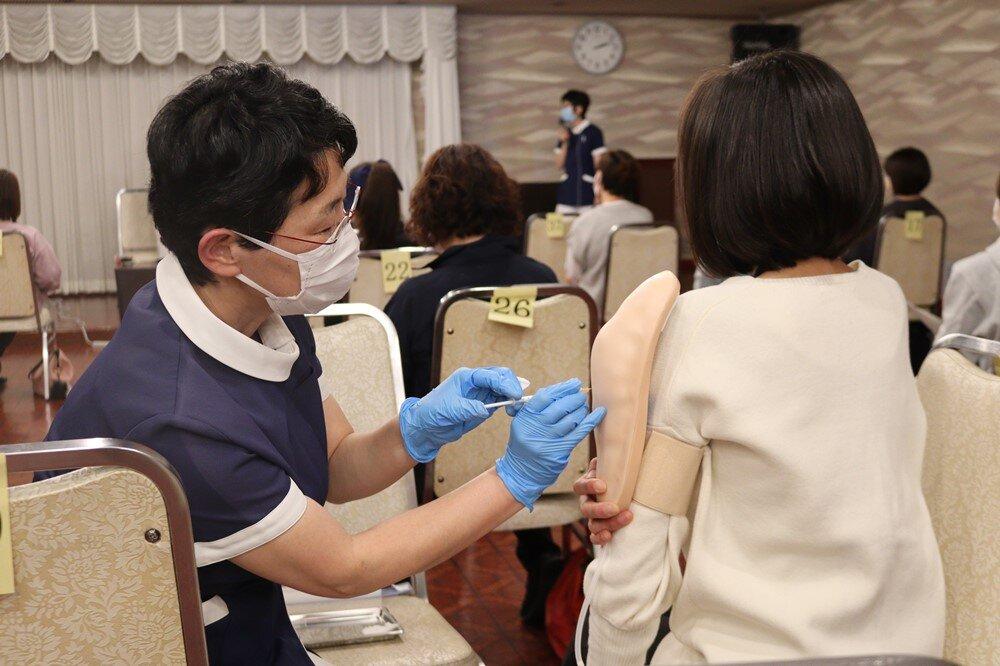 新型コロナウイルスワクチンの接種方法に関する研修会で看護学部教員が講師を務めました.05